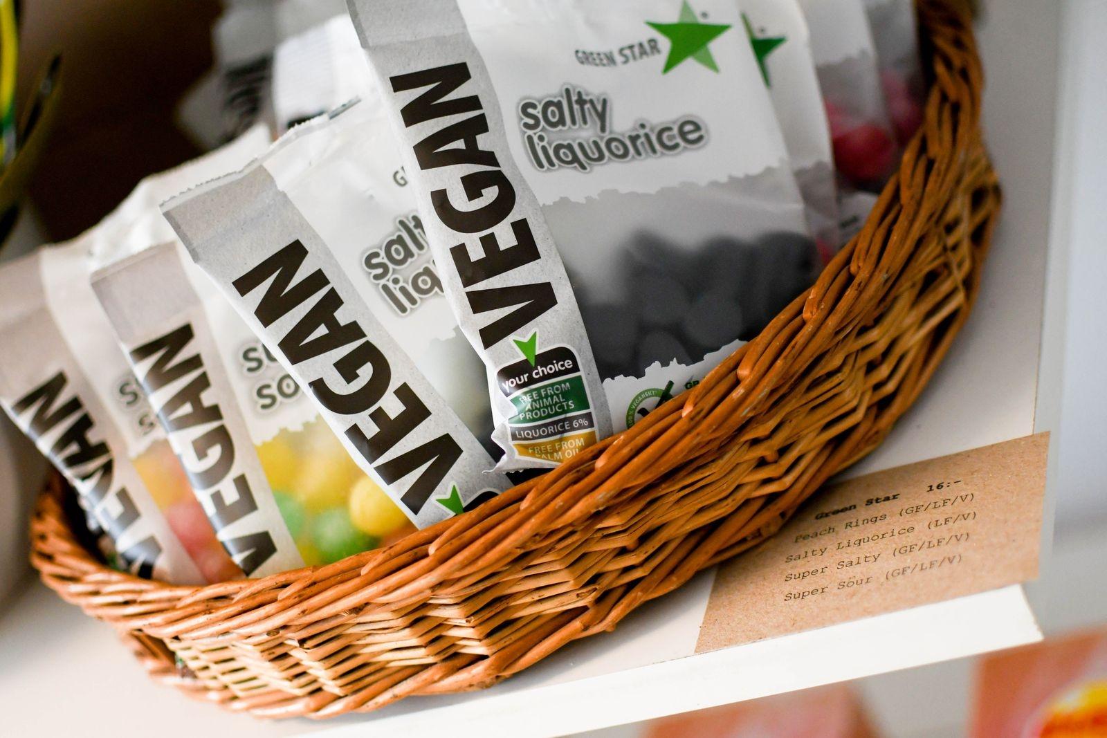 Vid varje produkt sitter en lapp som tydligt anger huruvida den är fri från gluten, laktos, socker eller om den är vegansk.
