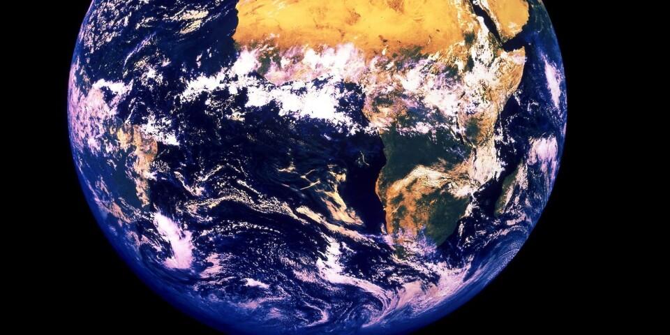 ©SCANPIX SWEDEN, 1998-02-18. Jorden.  Bilden visar jordklotet med aktuella molnsystem sett från den afrikanska kontinenten med omgivande världshav. Afrika. Satellitbild.