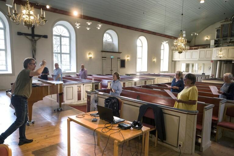 Vågakören håller avstånd i kyrkan