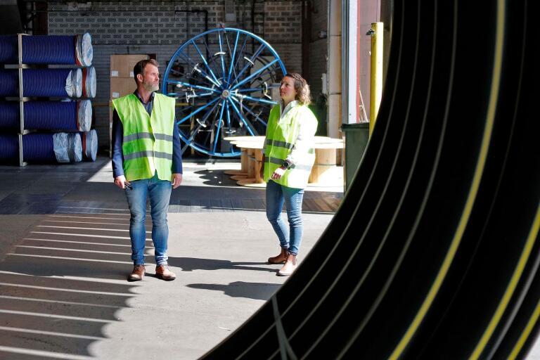 Johan Strand och Linda Gustafsson på Uponor har båda varit engagerade i arbetet med omställningen från propangas till biogas. Biogasen produceras i Vårgårda och levereras nu till fabriken i Fristad.