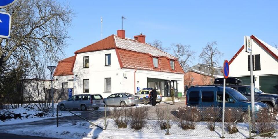 Bombgruppen fanns på plats vid polishuset under förmiddagen.