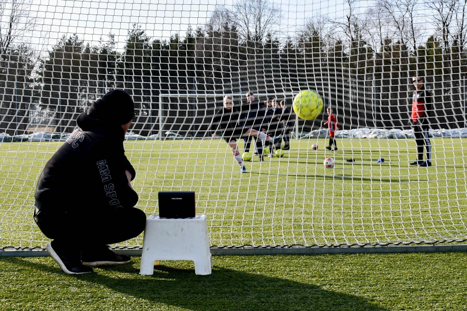 Rörelseglädje var målet när Spjutstorps IF bjöd in till sportlovsfotboll förra veckan. Här testar den äldre gruppen hur hårt de kan skjuta med hjälp av en skottmätare.