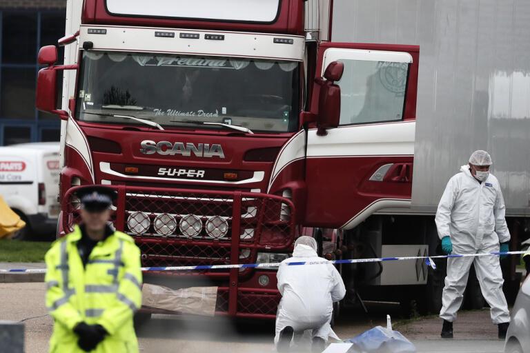 Poliser och rättsteknisk personal på plats när de 39 döda migranterna hittades i oktober. Arkivbild.