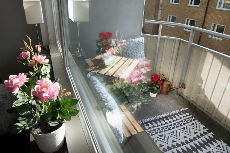 Låt inte balkongen vara en plats för skräp eller förvaring. Utnyttja att den faktiskt är ytterligare ett rum.