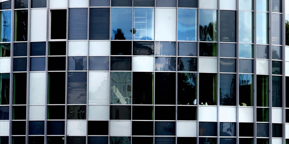 """""""Den malplacerade modernistiska byggnaden 'Glaspaviljongen' skymmer den vackra anrika brandstationen"""", menar insändarskribenten."""