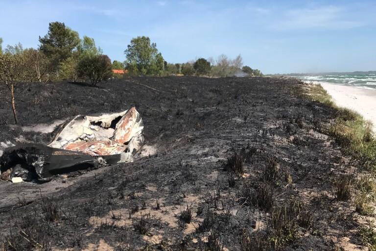 Elden spred sig över ett cirka 300 gånger 30 meter stort område. Flera båtar som låg uppe på land blev förstörda.