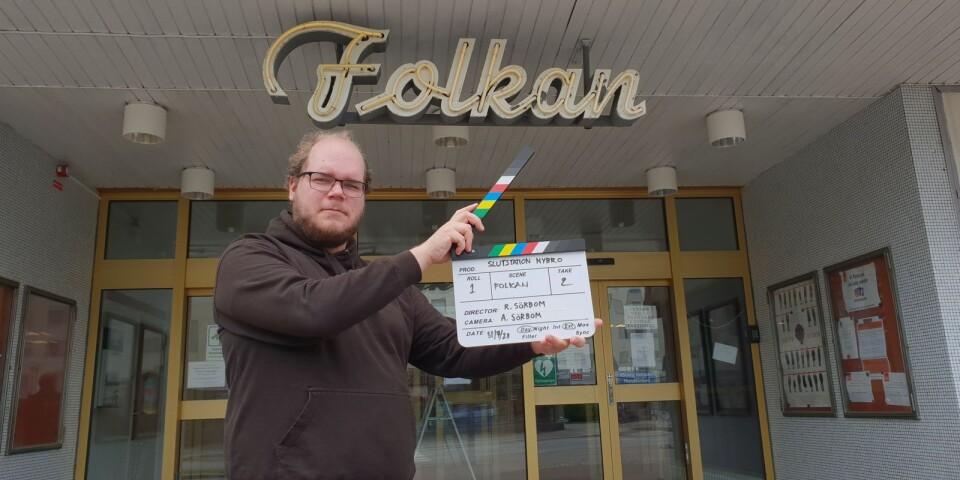 Robin Sörbom hållandes en filmklappa utanför Folkan i Nybro.