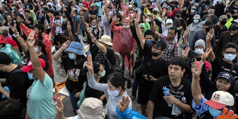 Demonstranter i Bangkok under söndagsmorgonen.