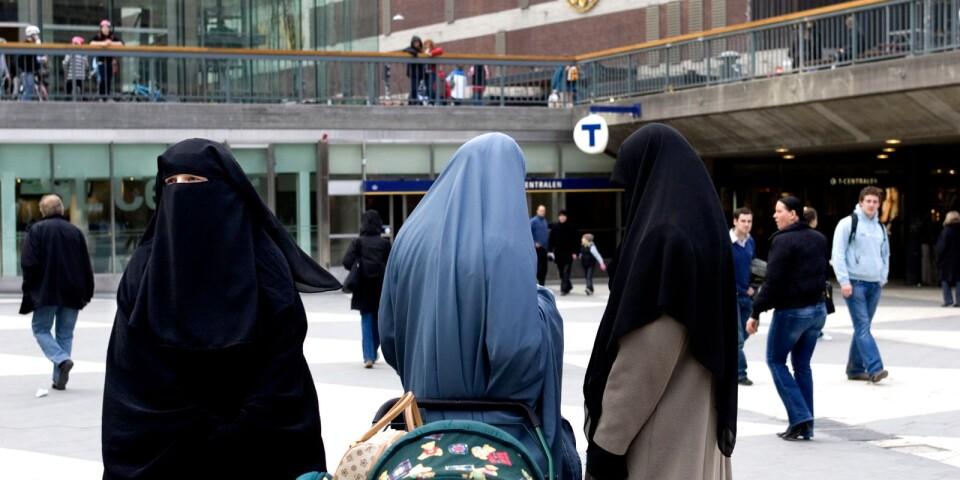 Kvinnor med slöja på Sergels Torg i Stockholm.