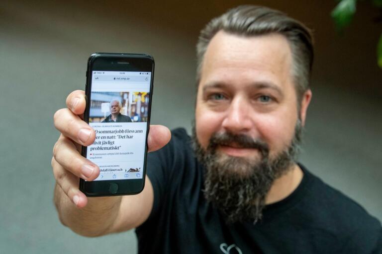 Smålandspostens webbchef, Jonas Engman visar hur nya smp.se ser ut i mobilläge.