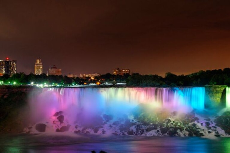 På många platser jorden runt, däribland i Borås, tänder kända platser och byggnader upp i blått och vitt för att fira med Finland. En av dem är denna, Niagarafallen.