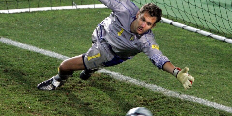 EM 2004 i Portugal blev Andreas Isakssons första mästerskap som förstemålvakt för Sverige, efter att ha suttit på bänken under VM 2002. Sverige var bra och kvartsfinalen på Algarve-stadion i Faro på midsommardagen mot Holland fick avgöras på straffar. Holland vann till slut 6-5. På bilden sträcker sig Andreas Isaksson efter den sista straffen men räcker inte.