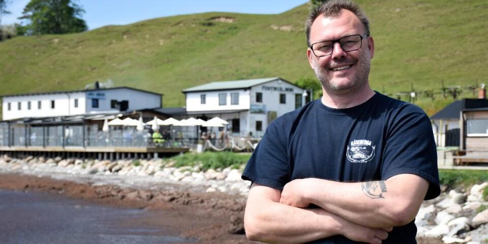 Jimmy Ahl har jobbat i familjeföretaget Kåseberga Fisk vid hamnen i Kåseberga sedan han var 16 år. Nu är det hans uppgift att föra de gamla traditionerna vidare in i framtiden.