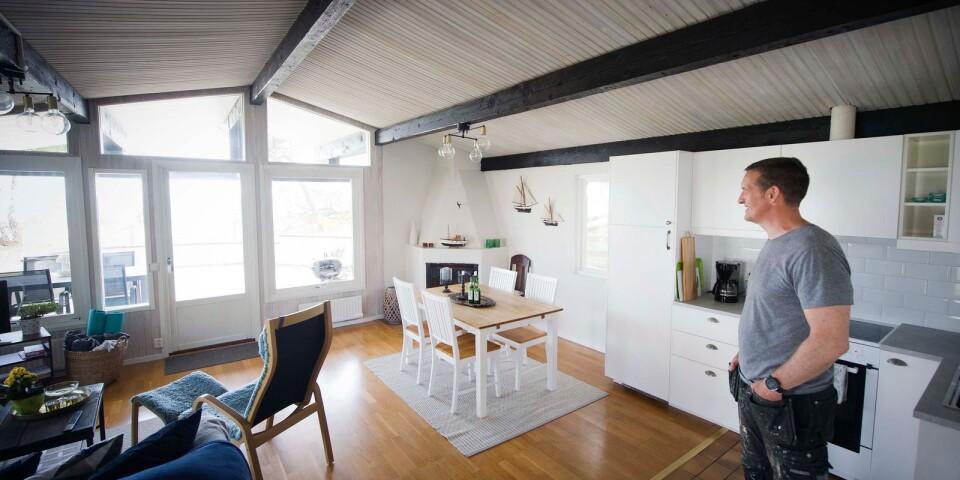 Nytt vitt kök, vita väggar och ljusa träslag har gett stugan sommarkänsla.