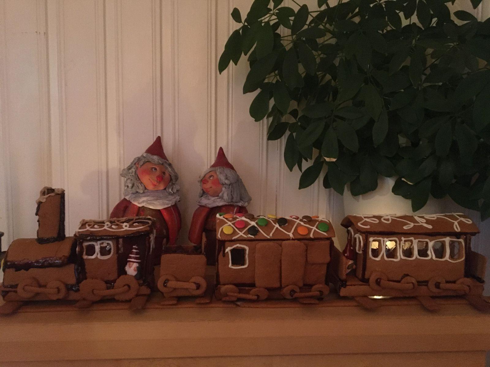 """""""Nu tuffar vi emot jul och glädjen att få vara tillsammans"""", skriver Ann-Louise Elling som byggt både ett pepparkakshus och ett pepparkakståg."""