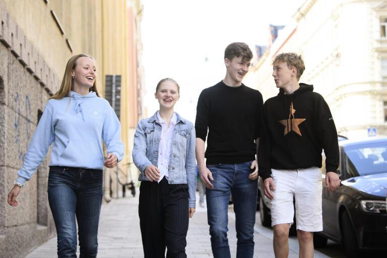 Niondeklassarna Stella Brånvall Ljungman, Elin Böhlin, Edwin Brattselius Thunfors och Pelle Avemo Hädell utanför sin skola.