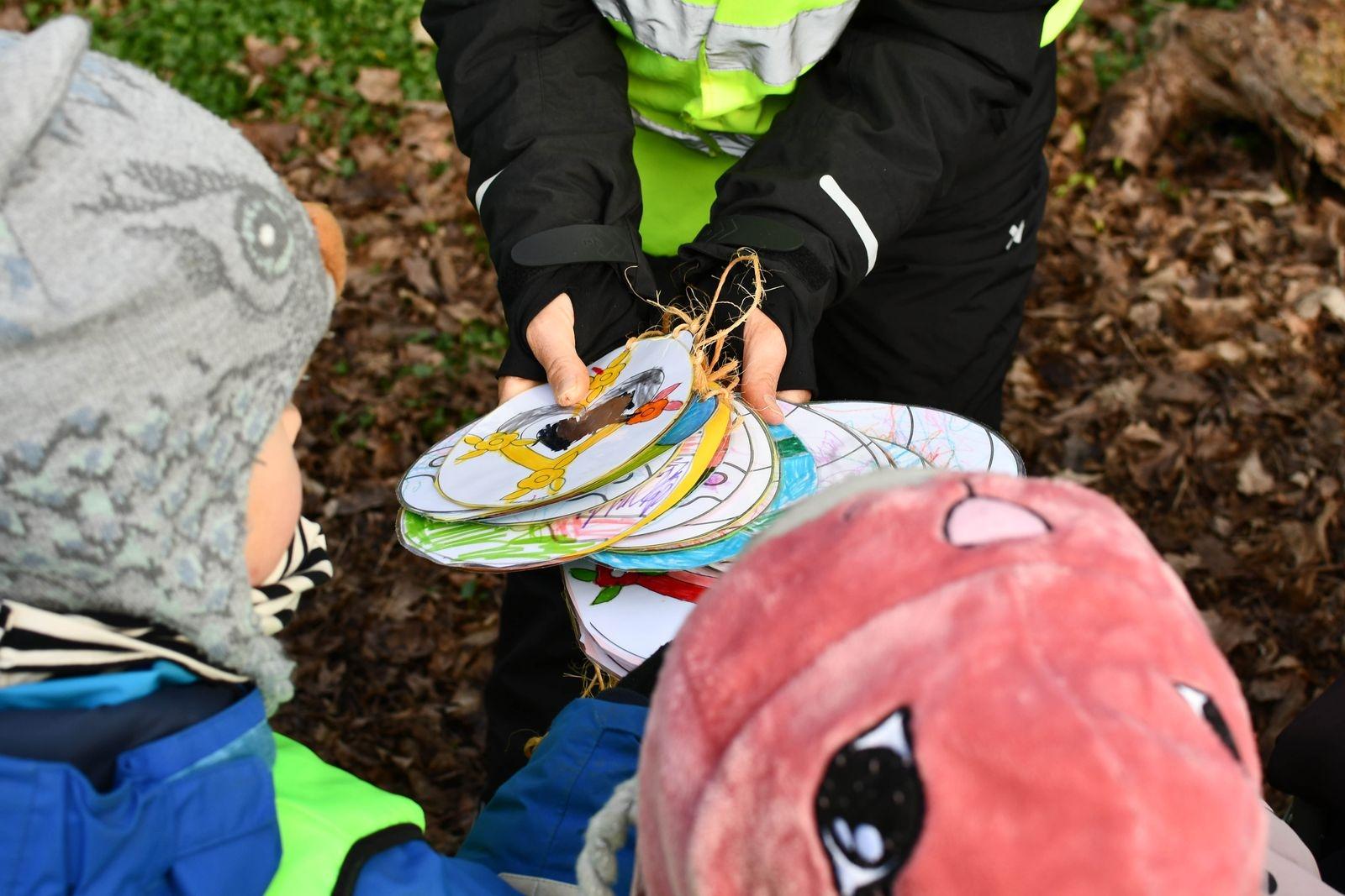 Barnen hade målat färgglada påskägg.