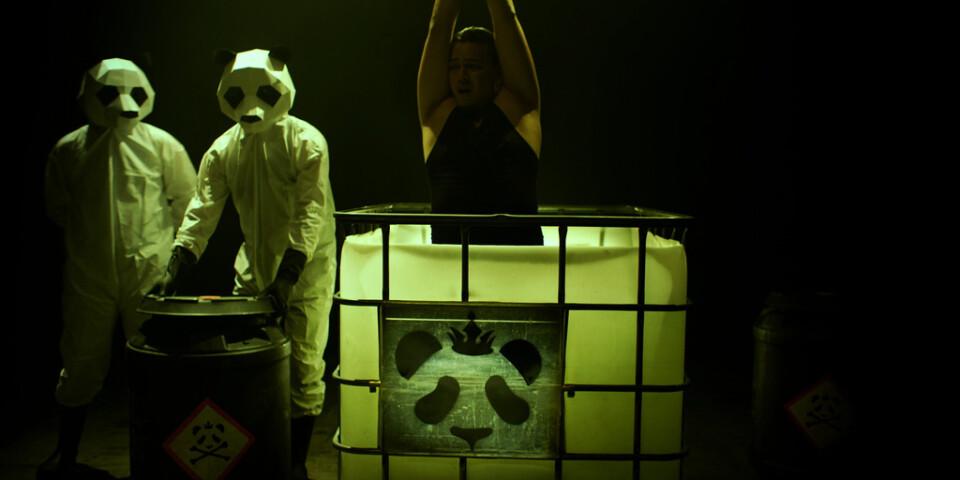 "Onda pandor vaktar deltagarna i realityshowen ""Funhouse"". Pressbild."