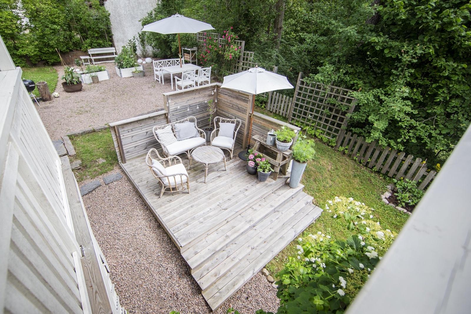 """Soldäcket nere i trädgården vill Sofia Brunnegård göra större. Tanken är att bygga ut altanen mot skogen för att kunna få plats med ett spabad. """"Ja, det hade nog varit ganska trevligt"""", säger Niclas Brunnegård."""