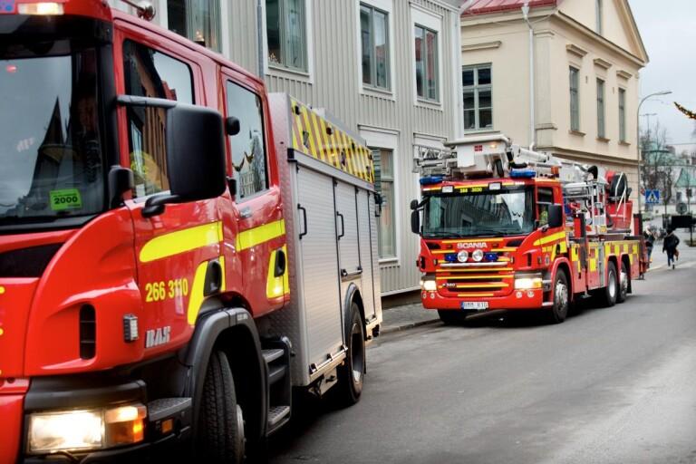 Brinnande skräphög på industritomt - ingen spridningsrisk