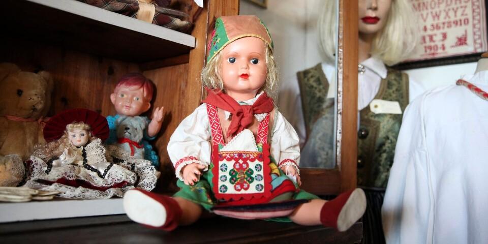 Några av de många dockorna i butiken.