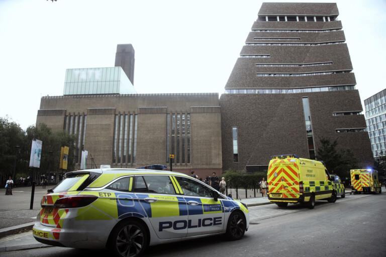 Blåljuspersonal vid Tate Modern när mordförsöket inträffade i augusti 2019. Arkivbild.