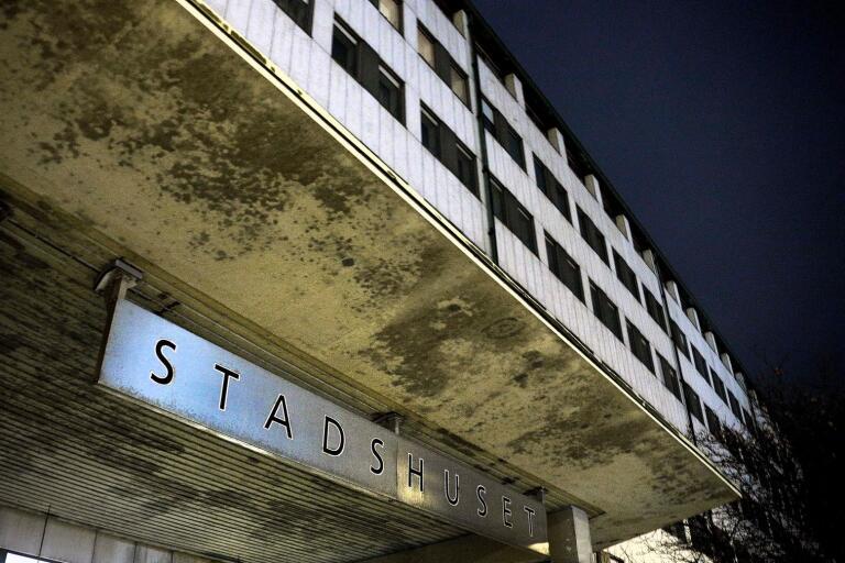 Sänker sig mörkret över stadshusbolaget, här illustrerat av sagda byggnad, eller har kommunen full koll över ekonomin? Opposition och styrande har olika uppfattningar.