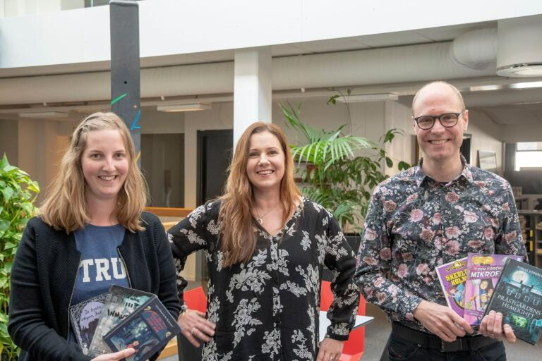 """Alexandra Dahl, till vänster och Magnus Dahl ger tips på skrämmande ungdomsböcker i litteraturpodden """"Bokstavligt talat"""" med Marie Magnusson."""