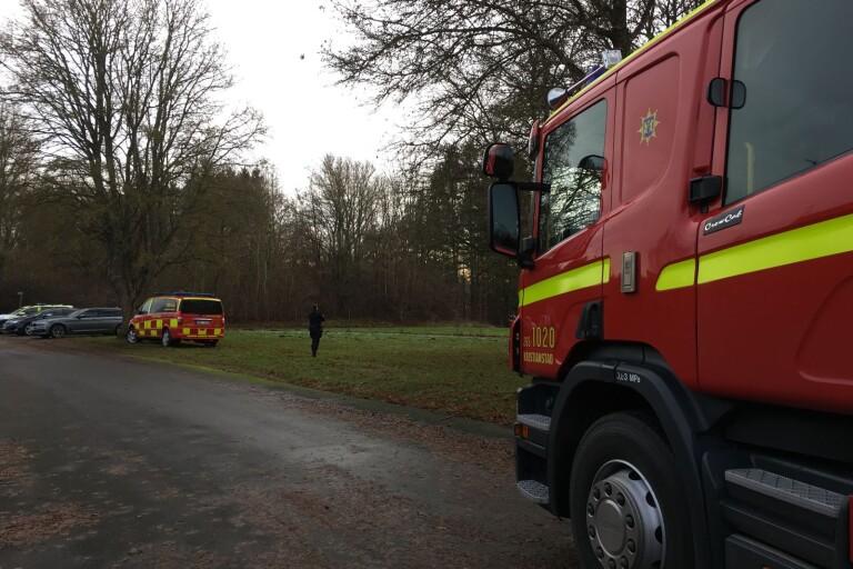 Området där fynden gjordes spärrades av. En helikopter används också i sökandet.
