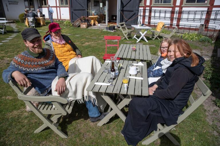 Herman Hagelbäck, Elna Jolom och döttrarna Tyra och Irma besökte Drakamöllan. Efter lunch skulle de cykla hem över backarna.