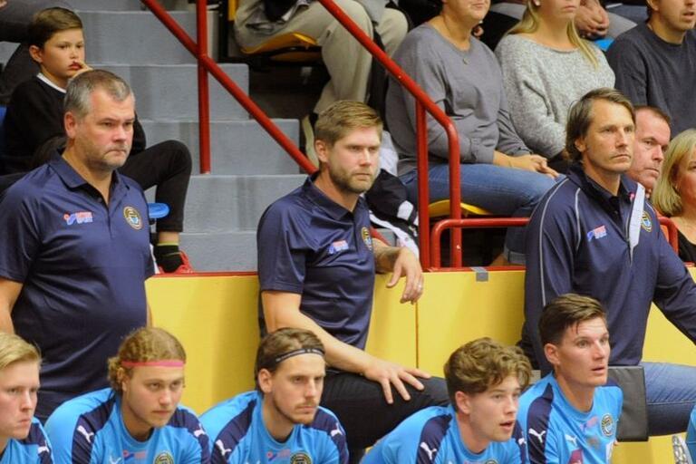 Christian Gunnarsson (mitten) lämnar sin roll som assisterande tränare i FBC. Hans kollega Tom Holmkvist (vänster) funderar fortfarande. Huvudtränaren Adam Kallenberg (höger) blir kvar även nästa säsong.