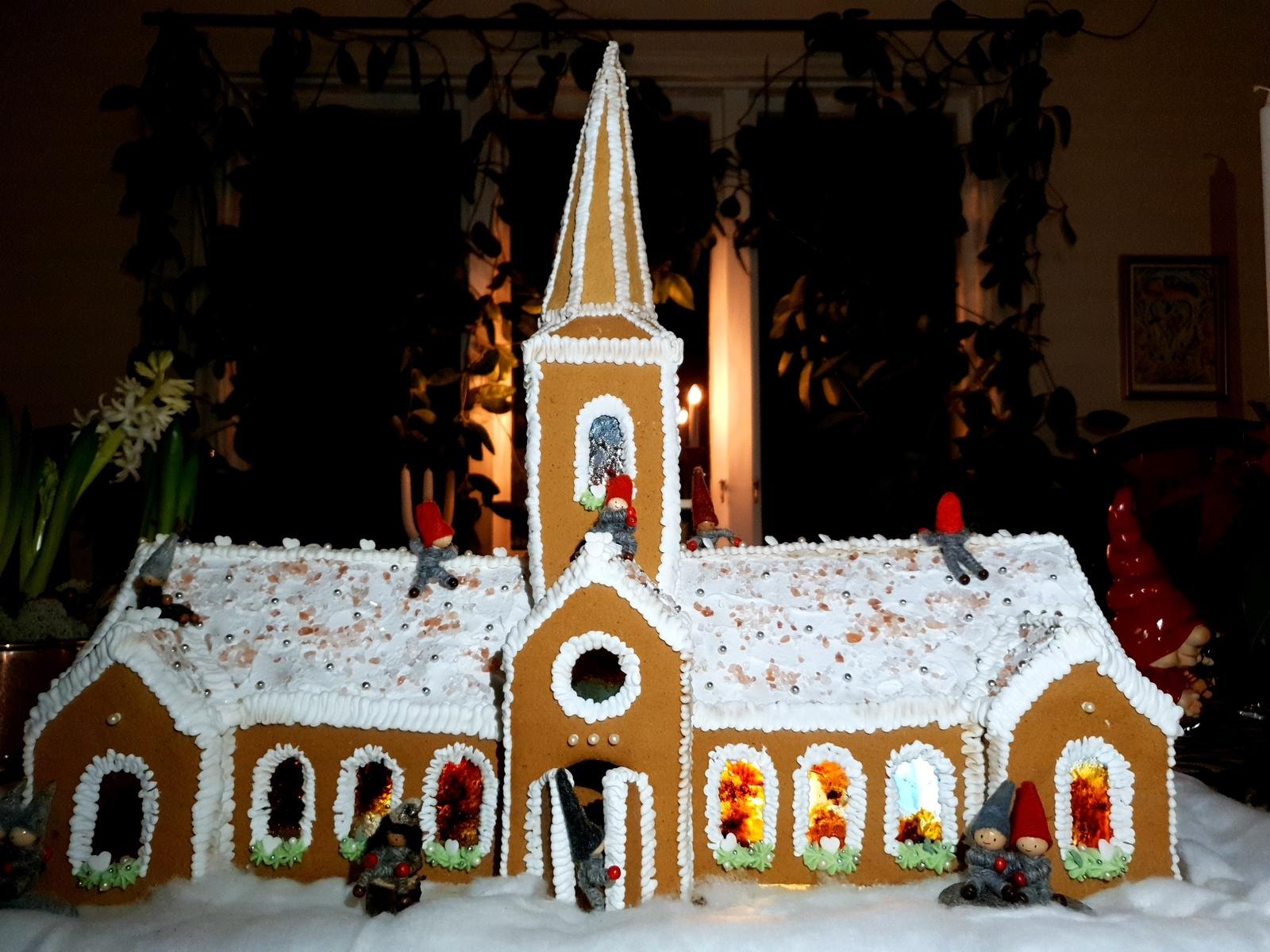 """Borgholms kyrka av Emelie Östman: """"Förra året gjorde jag Kackelstugan och i år gjorde jag Borgholms kyrka! Fönstren är gjorda av karameller så att det blev riktiga kyrka-fönster! Och tomtenissarna har flyttat in."""""""