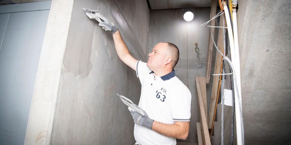 Arbetet som målare kan innebära tunga moment som slipning och sprutspackling.