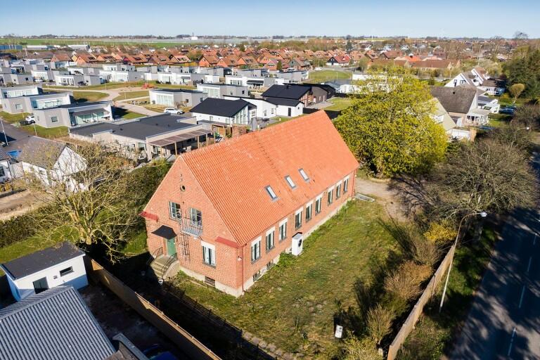 Gamla folkskolan byggs om till lägenheter - med egen pool