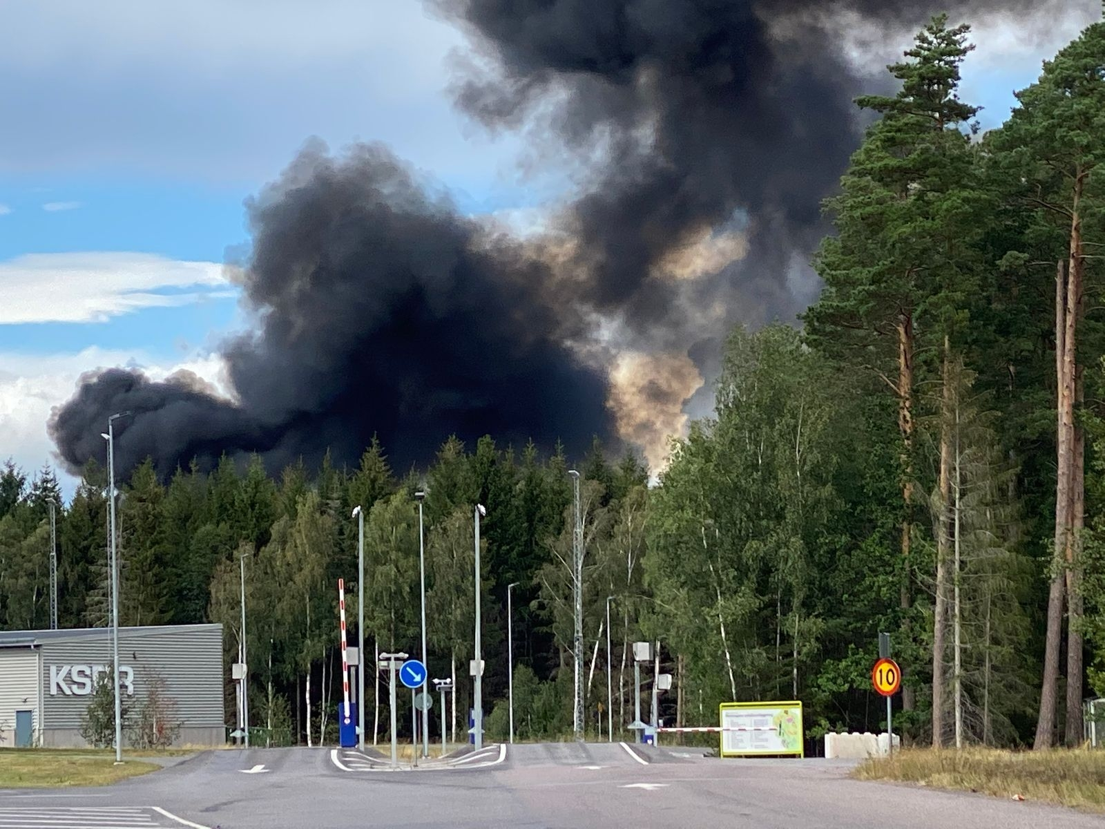 Svart rök från branden på Moskogen.