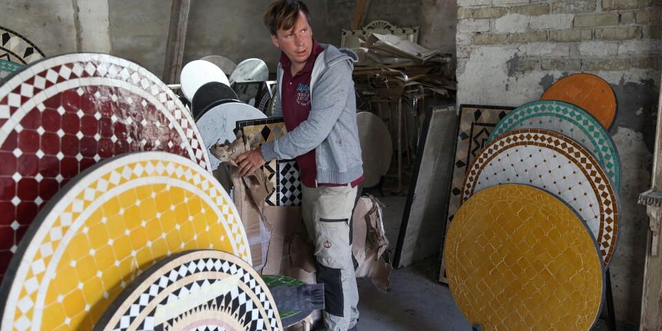 – Marockanska mosaikbord har varit en storsäljare, berättar Petter Kjellén som i våras lämnade sitt jobb på Simrishamns kommun för att arbeta i företaget.