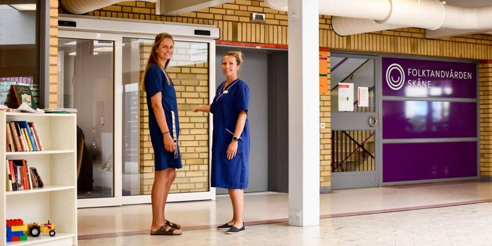 Rebecka Derving, verksamhetschef, och Therese Österlind, biträdande verksamhetschef, visar in mot entrén till vårdcentralens nya lokaler.