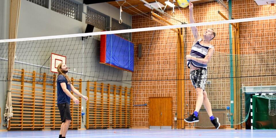 Fritidsledarna Mattias Bengtsson och Viktor Börjesson smashar igång spontanidrottssatsningen.
