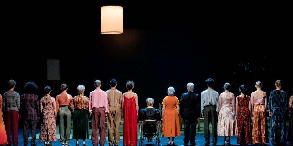 """En scen ur """"""""To find a way with one another"""", som utgör ett av två stycken i """"Belonging"""" av Skånes Dansteater."""