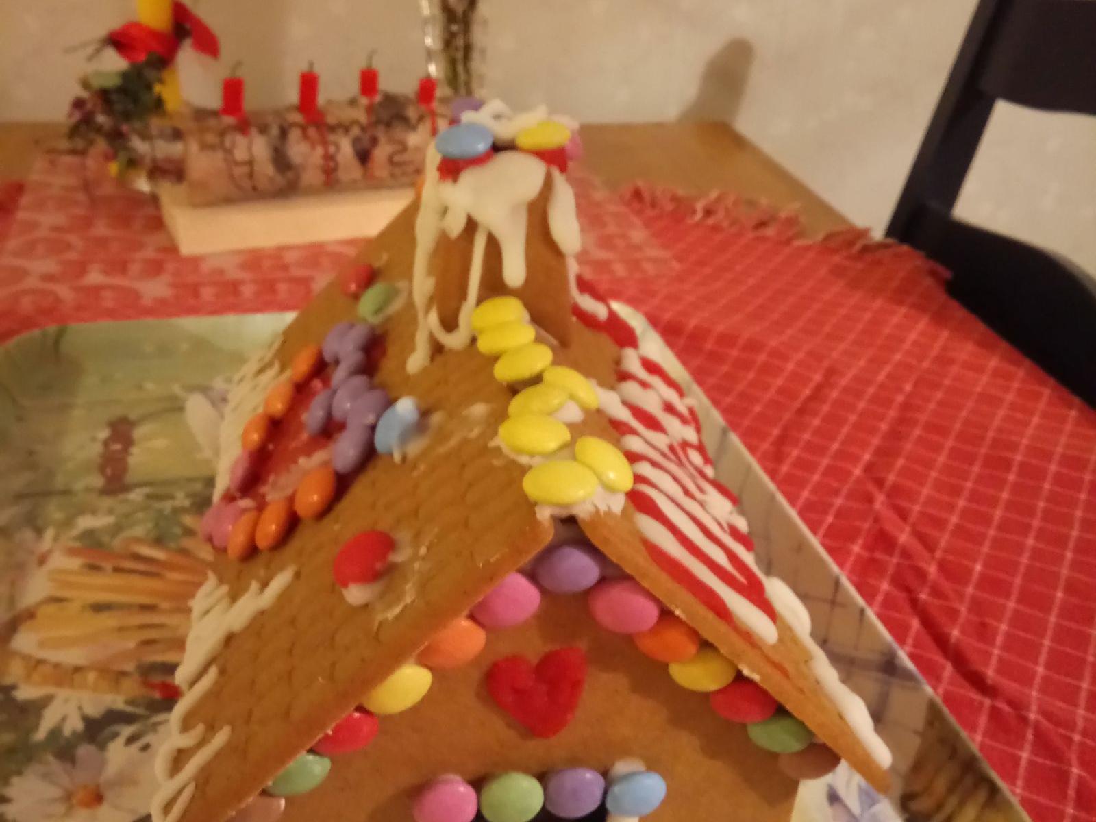 Catharina Peterssons barnbarn Lovisa, 9, och Lucas, 6, har byggt pepparkakshus på jullovet.