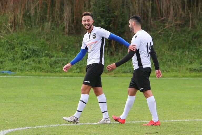 Dardan Kastrati ler efter ett av sina tre mål mot Gylle. Här klappar han om Asmir Rozajac som gjorde två mål för FC City Trelleborg som vann med 7–1.