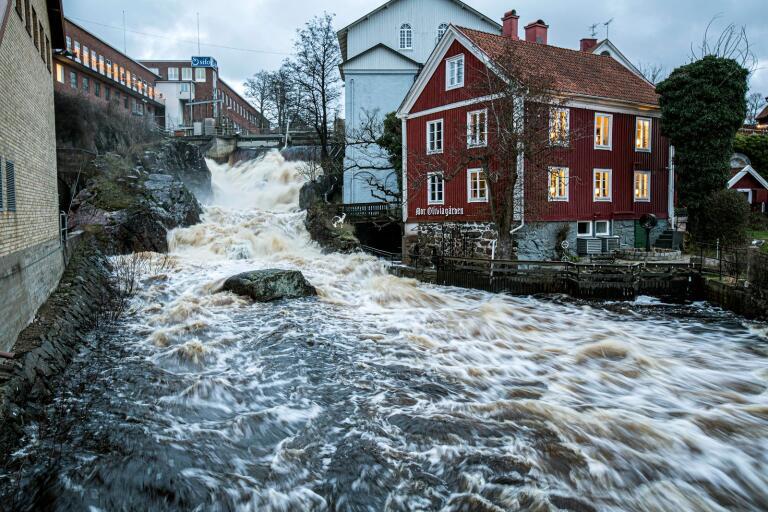 De höga vattenflödena slog mot Mor Oliviagårdens fasad när det var som värst i februari.