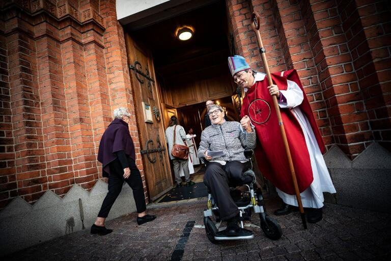 Biskop Johan Tyrberg höll en mässa i S:t Nicolai. Efteråt hälsade han på församlingen och skakade hand med Gisela Prahl.