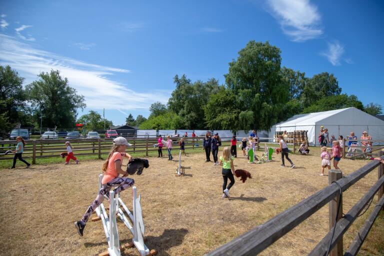 Uppvärmning inför käpphästhoppning på Falsterbo Horse Show.