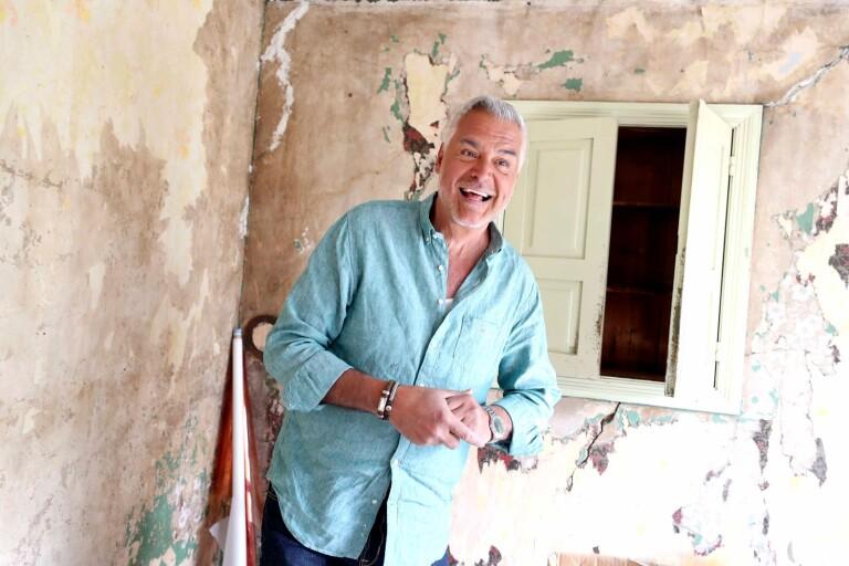 I sommar får tittarna följa Ernst när han renoverar en gård i Örnaberga på Österlen.