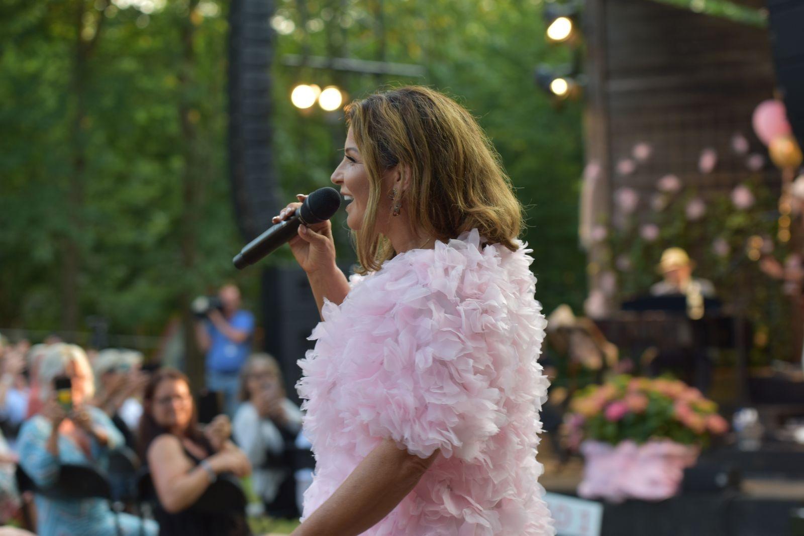 Det blev ett stort jubel när Carola gick genom publiken.