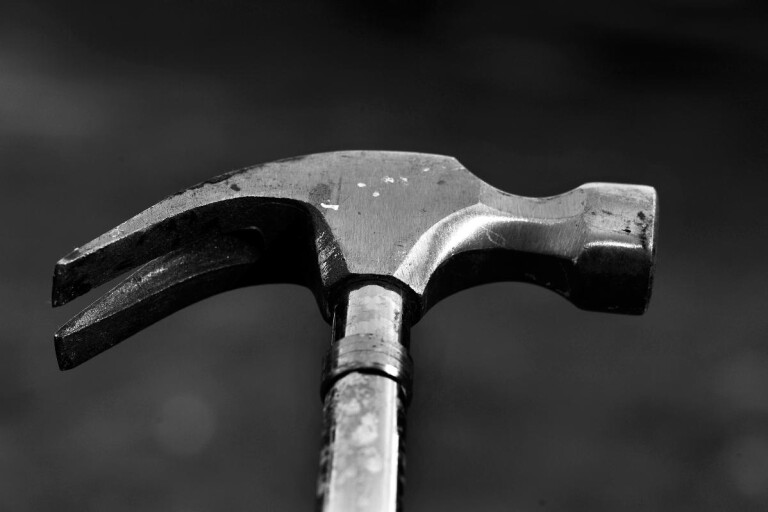 Anmälan: Ungdom hotade personal med hammare