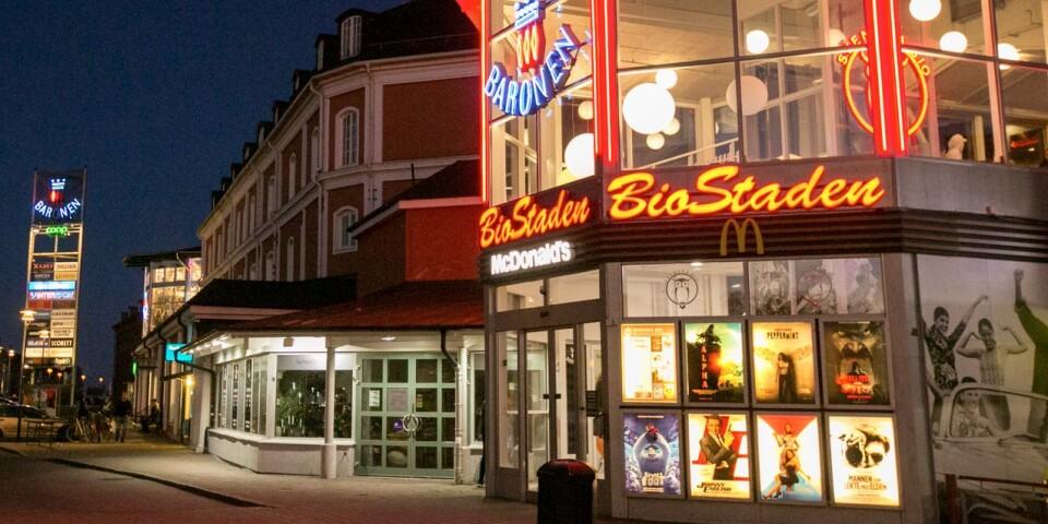 Köpcenter Baronen i kvällsmörker