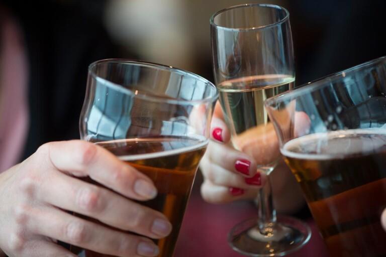 Smittspridning har identifierats efter after work, fester och andra sammanhang där människor strålar samman.