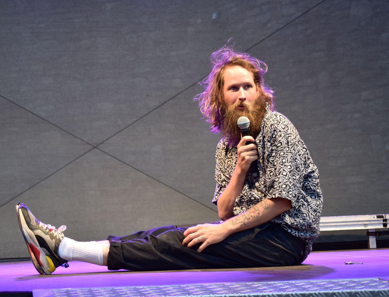 Henrik Nyblom var kvällens mest lysande stjärna och hade sin publik i sin hand efter några sekunder. Han bjöd på skämt, dans, musik och....klättring.